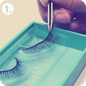 remove lashes from tray
